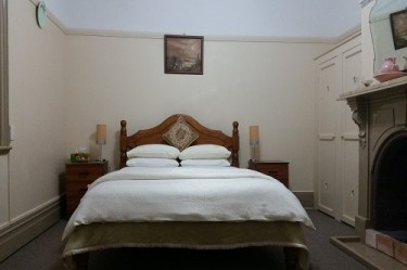 Deluxe Queen Room Boutique Motel Sefton House Tumut. A beautiful large luxury Queen room. Beautiful Tumut motel accommodation.