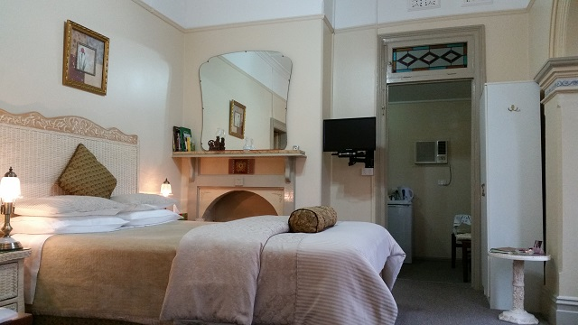 Queen Victoria Suite also ideal as single person Tumut accommodation. Boutique Motel Sefton House Tumut Accommodation